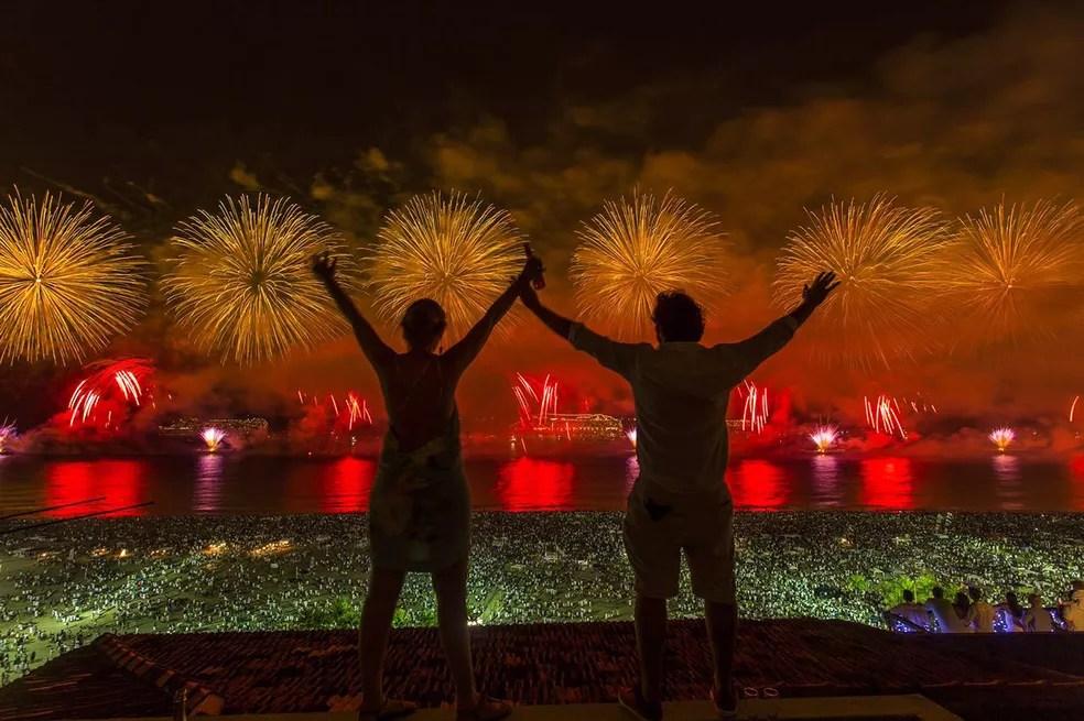 Casal celebra a virada do ano no Leme, com vista privilegiada da queima de fogos (Foto: Marcello Cavalcanti/G1)