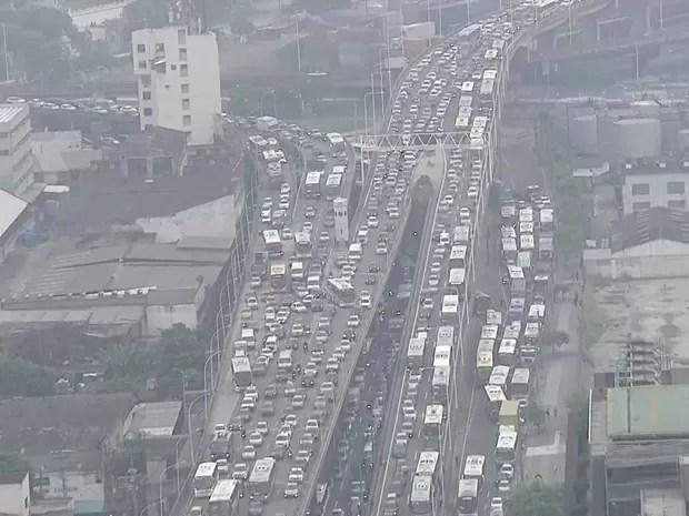 Trânsito fica parado na Zona Portuária do Rio devido a protesto de taxistas (Foto: Reprodução/TV Globo)
