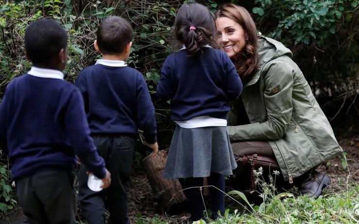 A duquesa de Cambridge, Kate Middleton, é vista com crianças durante visita à Escola Florestal Sayers Croft, em Londres, na terça-feira (2) — Foto: Peter Nicholls/Pool/AFP