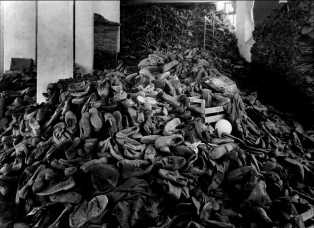 Roupas dos judeus empilhadas em cena do documentário Noite e Neblina (1955) (Foto: Kubrickontheguillotine.com)