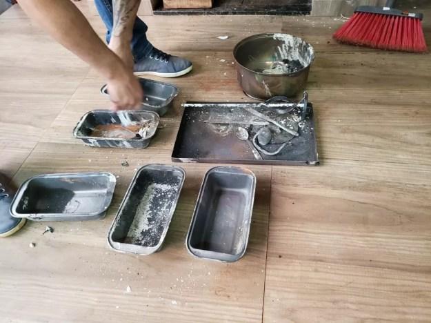 No local onde funcionava o laboratório, os agentes apreenderam vários utensílios usados no preparo de drogas (Foto: Denarc/Divulgação)