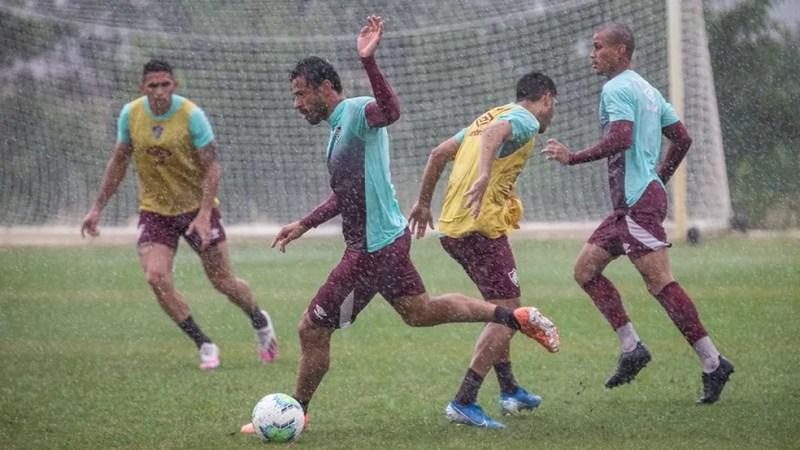 Camisa 9 treinou normalmente em dia de muita chuva no Rio — Foto: Lucas Merçon / Fluminense FC