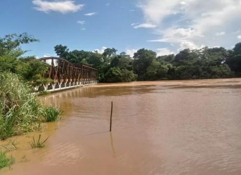 Prefeitura afirma que se Rio das Velhas subir 30 centímetros irá alcançar a ponte — Foto: Prefeitura de Santo Hipólito / Divulgação