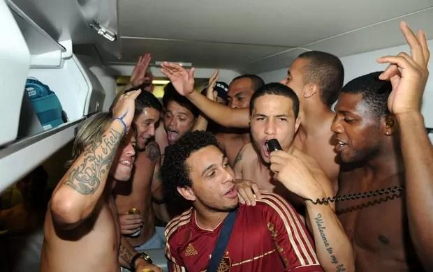 Jogadores Fluminense avião (Foto: Alexandre Durão / Globoesporte.com)