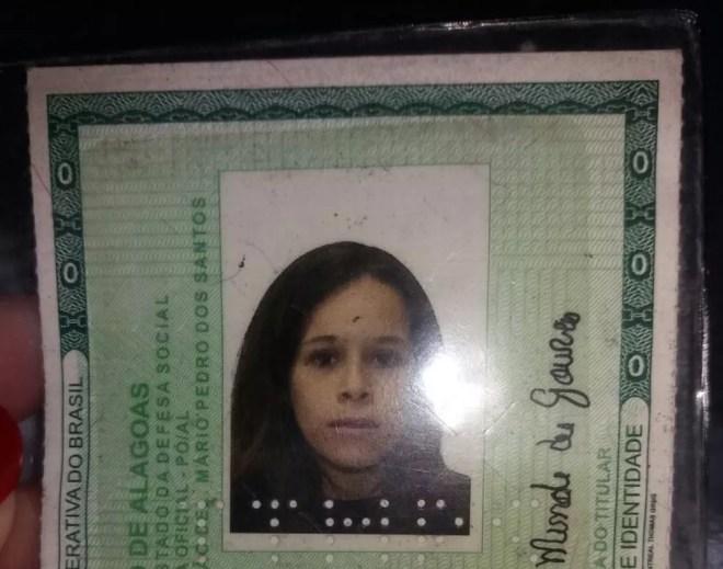 Declaração de óbito da jovem tem data de 12 de novembro de 2017; mãe afirma que ela não está morta e pede novos exames (Foto: Suely Melo/G1)