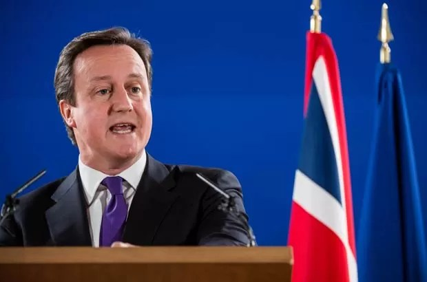 O premiê britânico, David Cameron, discursa nestâ sexta-feira (8) em Bruxelas (Foto: AP)