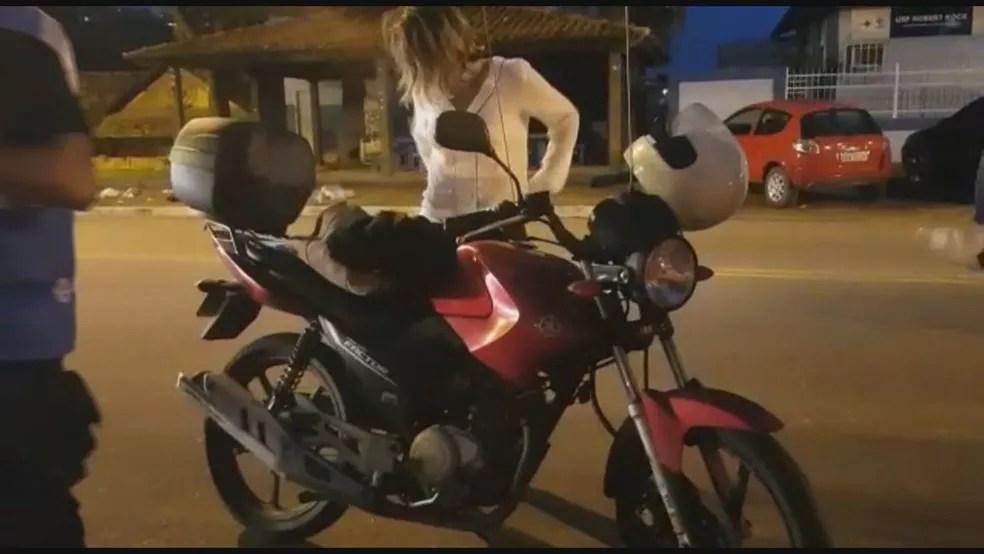 Técnica de enfermagem é presa em São Gonçalo com doses que sobraram de Covornavac guardadas na bolsa — Foto: Reprodução/ TV Globo