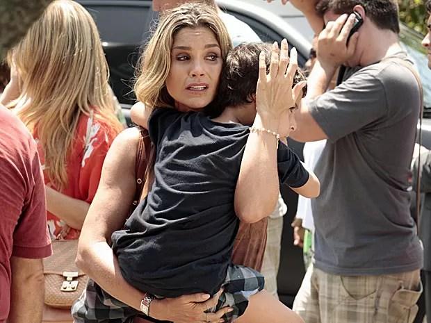 Érica se desespera após Théo ser atropelado (Foto: Salve Jorge/TV Globo)