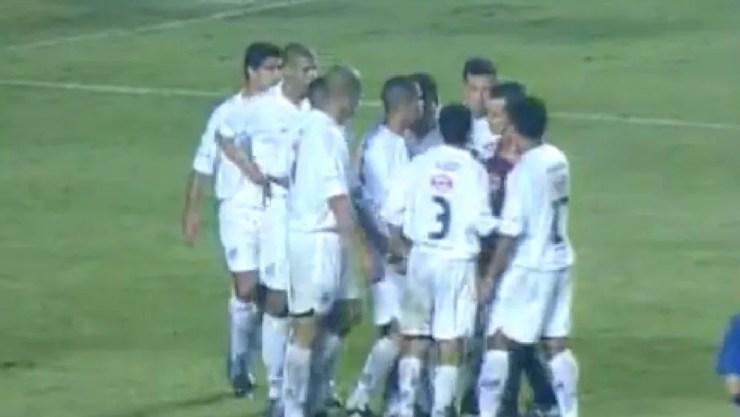 Jogadores do Santos contra o Boca em 2003