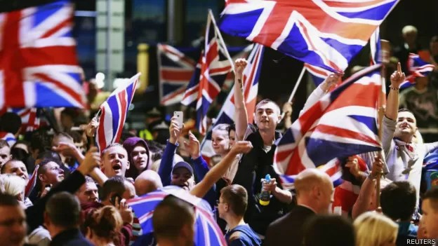 Escoceses pró-Reino Unido comemoram vitória do 'Não' em Glasgow (Foto: Reuters/BBC)