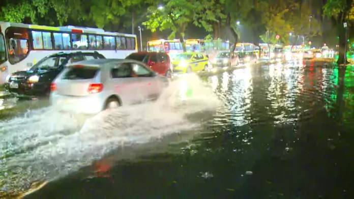Ruas do Centro do Rio ficaram alagadas (Foto: Reprodução/TV Globo)