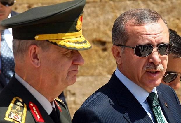O general Ilker Basbug ao lado do premiê Erdogan em foto de 2010 (Foto: Adem Altan/AFP)