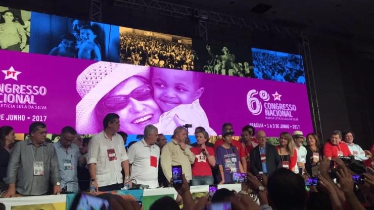 Ao lado de Lula, Gleisi faz primeiro discurso como presidente do PT: 'muito orgulho em ser a primeira presidente mulher' (Foto: Gustavo Aguiar/G1)