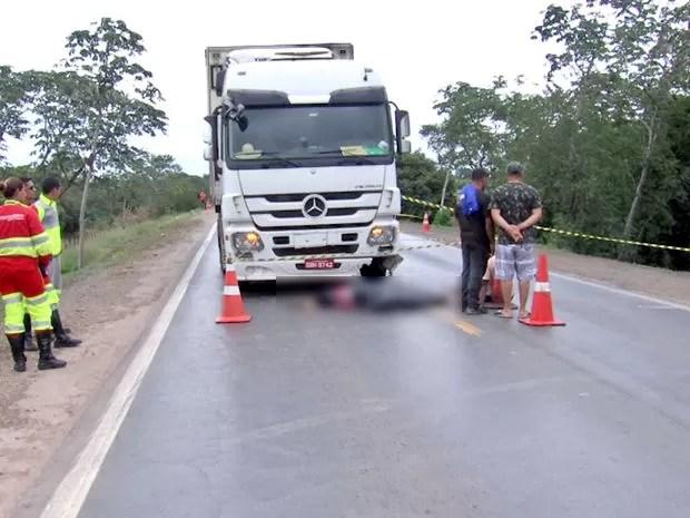 Corpo do motociclista foi arrastado pela carreta por 100 metros (Foto: Reprodução/TVCA)
