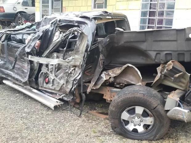 Carro do cantor Renan Ribeiro após o acidente em estrada (Foto: G1/Luciano Calafiori)