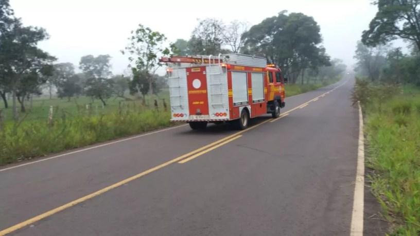Bombeiros seguem para o local do acidente com avião — Foto: Osvaldo Nóbrega/TV Morena
