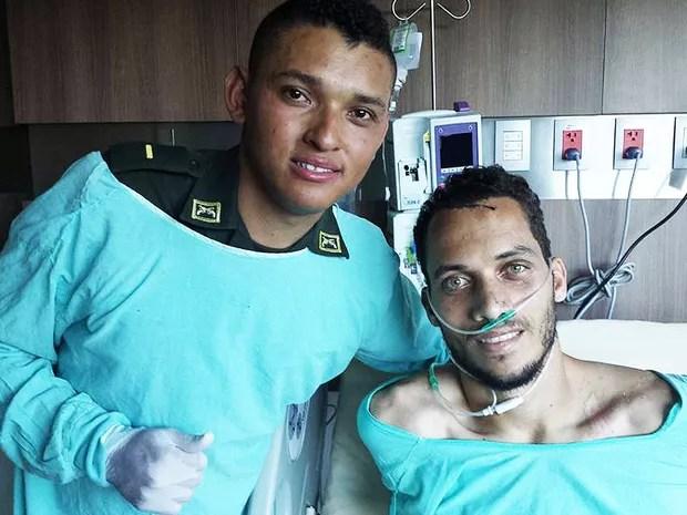 O zagueiro Neto recebe a visita do policial que o salvou do desastre do avião com a delegação da Chapecoense (Foto: Leonardo Zampier/Arquivo Pessoal)