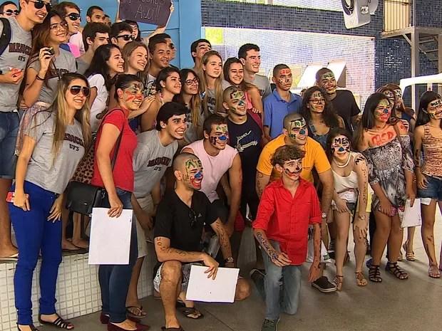 José Victor posa com aprovados em medicina  (Foto: Reprodução/TV Sergipe)