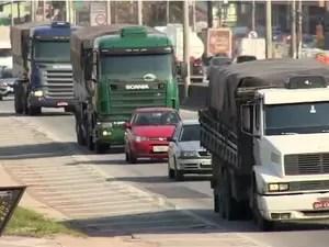 Local é um misto do trânsito urnano com o da rodovia (Foto: Reprodução/RBS TV)