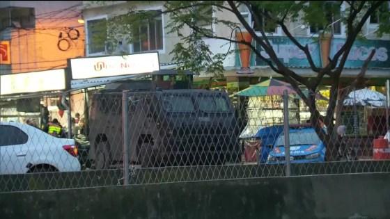 Veículo blindado em uma das entradas da comunidade da Rocinha, na Zona Sul do Rio (Foto: Reprodução/ TV Globo)