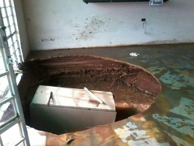 Buraco se abriu dentro de empresa de refrigeração e 'engoliu' equipamento. (Foto: Marcelo Souza / TVCA)