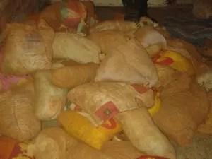 Sacos com terra encontrados em sala do presídio (Foto: Divulgação)