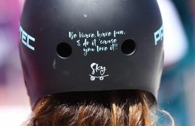 """Detalhe do capacete de Sky Brown: """"Seja corajosa, divirta-se, e faça porque você ama!"""" — Foto: REUTERS/Mike Blake"""
