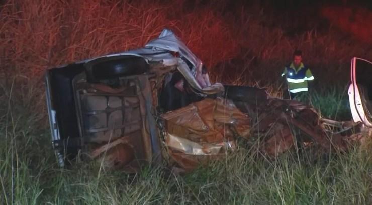 Carro ficou destruído após bater de frente com outro veículo em General Salgado (Foto: Reprodução/TV TEM)