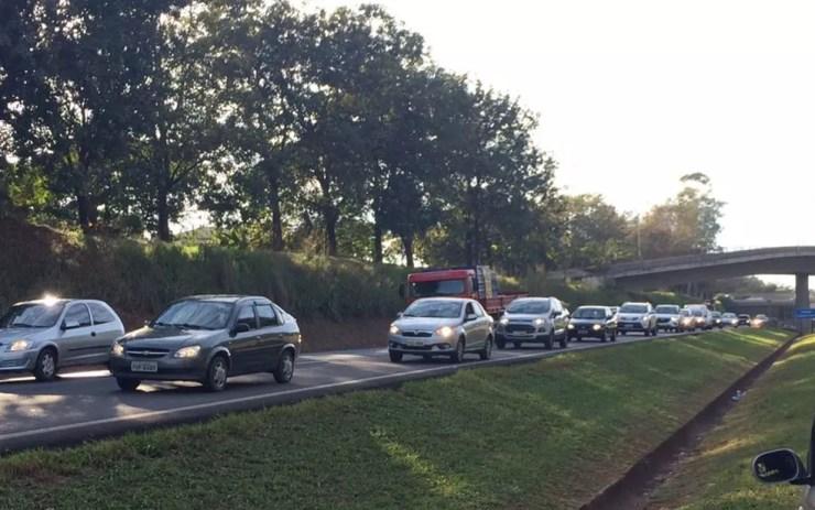 Trânsito no local do acidente está lento  (Foto: Graciela Andrade/TV Tem)