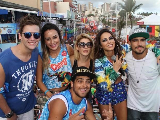 Alinne Rosa posa para fotos com artistas no trio do Cheiro de Amor no circuito Dodô nesta terça de carnaval em Salvador (Foto: Dilson Silva,Wesley Costa e Vinicios Eduardo)