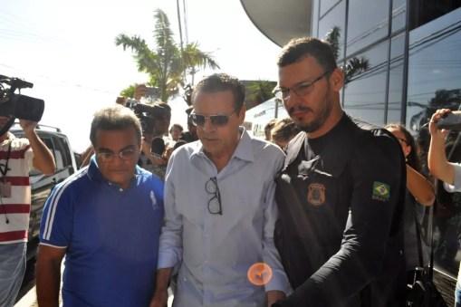 O ex-ministro do Turismo Henrique Eduardo Alves (centro) ao ser preso pela PF, em junho  (Foto: Frankie Marcone/Futura Press/Estadão Conteúdo)