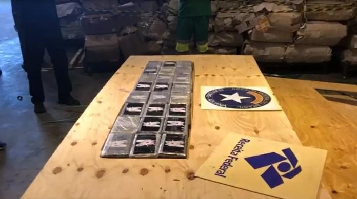 Carga de cocaína estava escondida em meio a compensados de madeira em porto de SC — Foto: Receita Federal/Divulgação
