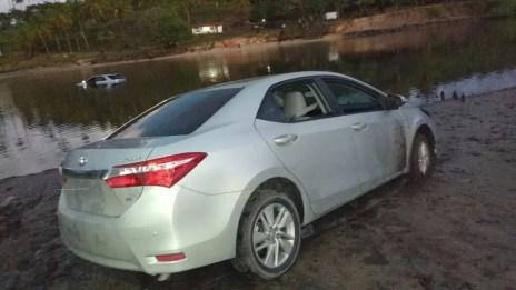 Um carro foi jogado na água e o outro ficou abandonado depois dos assalatos ocorridos em Tamandaré, na madrugada desta quarta-feira (3). (Foto: Reprodução WhatsApp TV Globo)