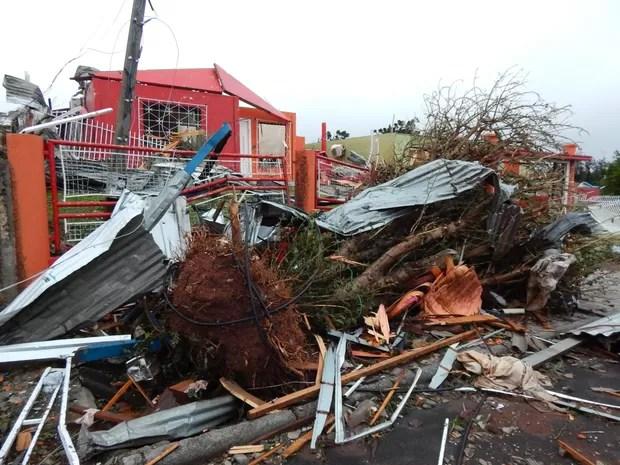 Dia 21: tornado causou detruição em Xanxerê (Foto: Laion Espíndula/G1)