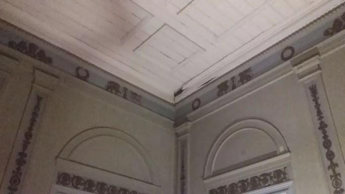 Infiltração do forro centenário em um dos quartos da família real (Foto: Reprodução)