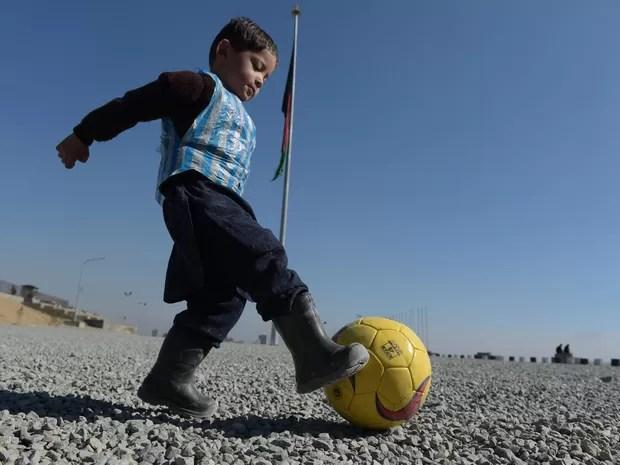Fã de Lionel Messi, menino afegão foi fotografado usando uma camisa improvisada feita com uma sacola de plástico (Foto: Shah Marai/ AFP )