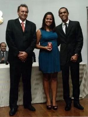 Renata acompanhada de seu irmão Thyago Cézar, recebe sua carteira da OAB (Foto: Arquivo Pessoal/ Renata Cézar)