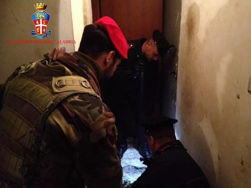 Mafioso estava escondido num bunker atrás de uma pedra (Foto: Carabinieri)