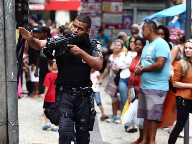 Policial patrulha via próxima ao Pavão-Pavãozinho (Foto: Fabio Motta/Estadão Conteúdo)