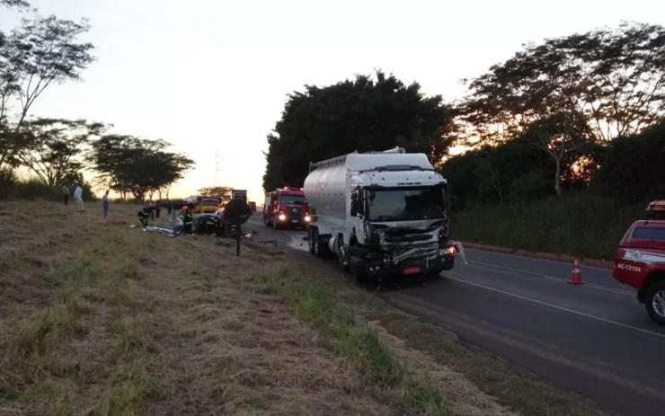 Cinco trabalhadores morrem em acidente em Uchoa (Foto: Divulgação/Polícia Rodoviária Estadual)
