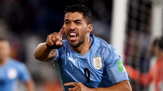Luis Suárez reclama de gol anulado no primeiro tempo de Uruguai x Colômbia