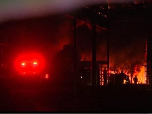 Incêndio atingiu galpão de empresa de plásticos em Jaguariúna (Foto: Reprodução/EPTV)