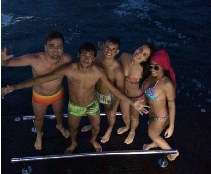 Neymar em passeio de barco com irmã e amigos (Foto: Reprodução/Instagram)