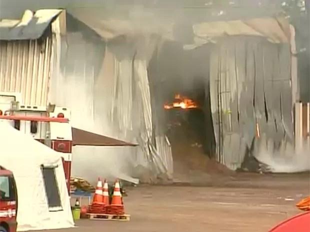 Estrutura metálica do galpão desabou após quase 15 horas de incêndio (Foto: Paulo Souza/EPTV)