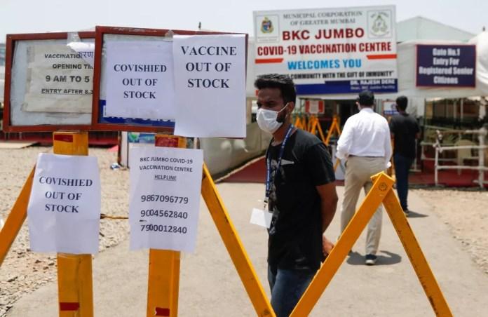 Avisos sobre a falta de vacinas contra contra a Covid-19 em centro de vacinação em Mumbai, na Índia, em 20 de abril de 2021 — Foto: Francis Mascarenhas/Reuters