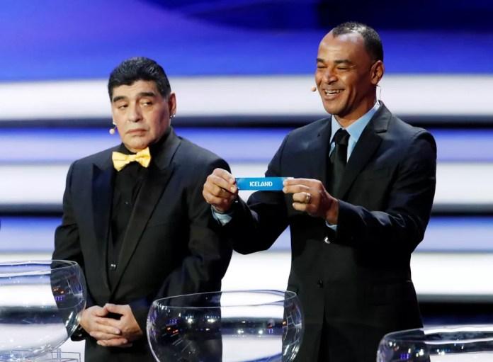 Cafú exibe o nome da Islândia ao lado de Maradona durante o sorteio da Copa do Mundo 2018 no Grande Palácio do Kremlin em Moscou, na Rússia. O Brasil ficou no grupo E com Suíça, Costa Rica e Sérvia — Foto: Sergei Karpukhin/Reuters