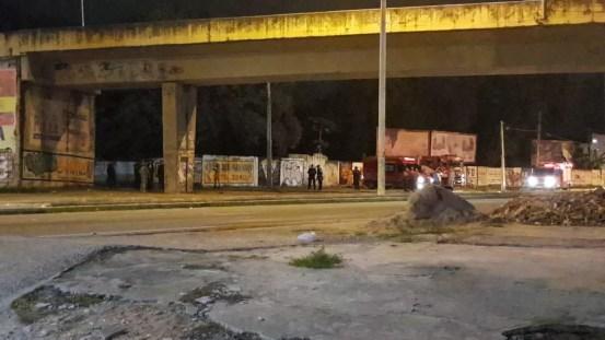 Polícia isolou viaduto para retirada de artefatos explosivos em Fortaleza — Foto: Rafaela Duarte/Sistema Verdes Mares