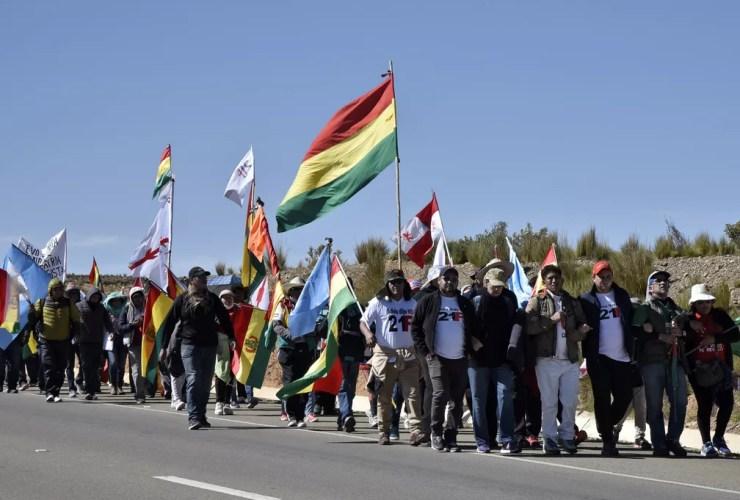 Bolivianos de diferentes cidades marcham nesta quarta-feira (5) rumo a La Paz para protestar contra a nova candidatura de Evo Morales à presidência — Foto: Aizar Raldes/ AFP