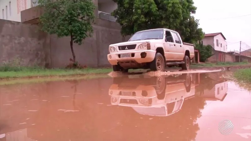 Chuva forte deixou ruas alagadas em Barreiras na manhã deste sábado (Foto: Reprodução/TV Oeste)