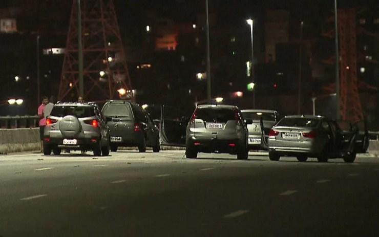 Cinco carros caíram no degrau formado no viaduto da Marginal Pinheiros — Foto: TV Globo/Reprodução